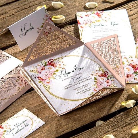 Jemné ružové vyrezávané svadobné oznámenie s kvetinovým vzorom