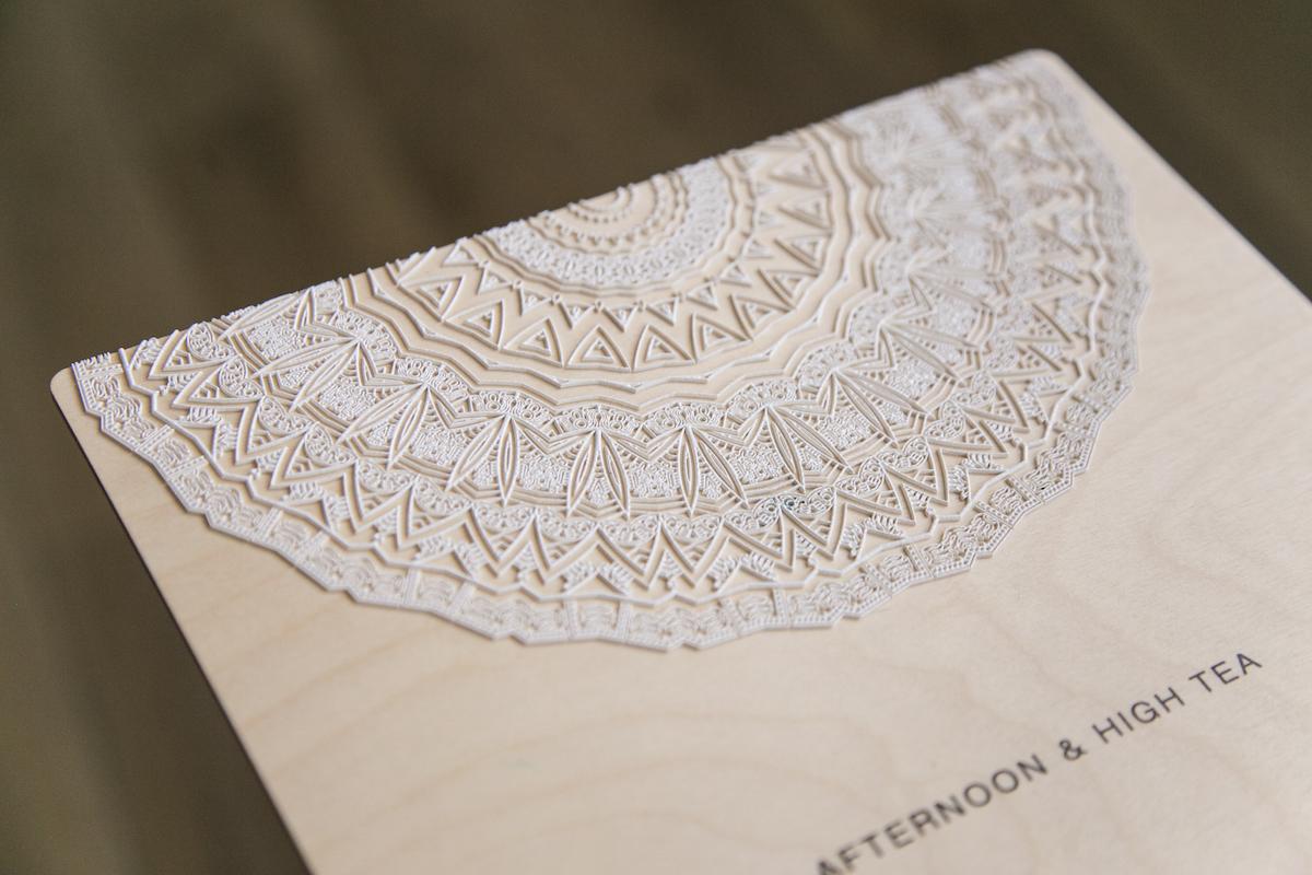 High build white - tlač vrstvenou bielou farbou na drevenú dosku technológiou OCE ARIZONA.