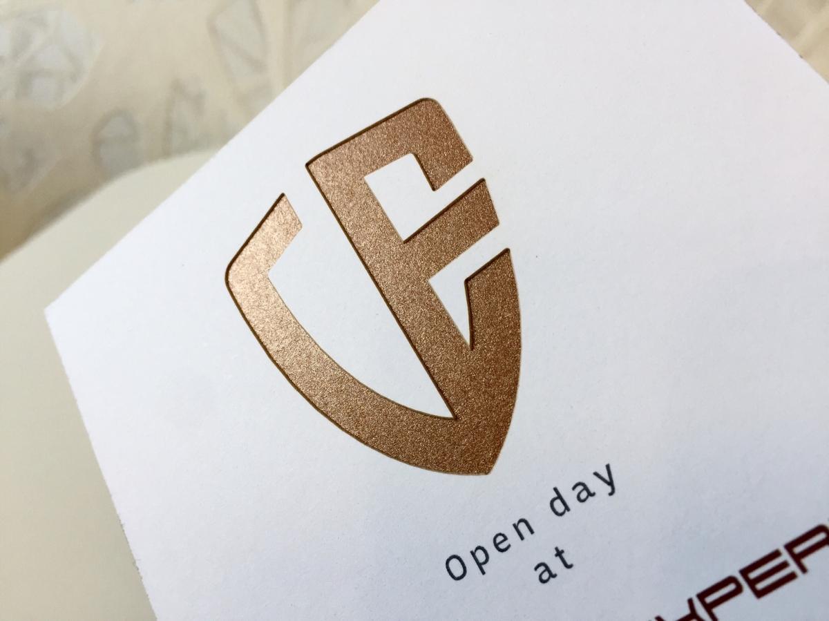 Tlač firemných pozvánok na talianskych a francúzskych papieroch použitím laserovej technológie.